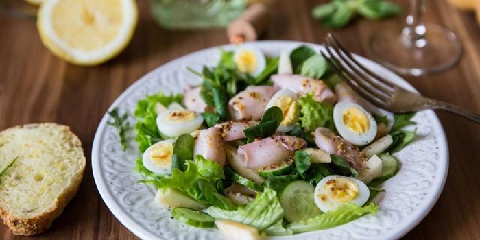 Рецепт – Салат из кальмаров с огурцом и яйцом